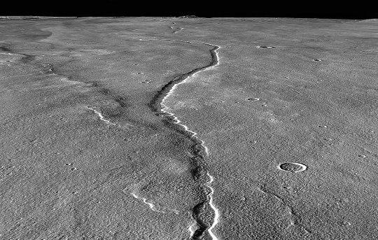 Vue rapprochée sur un sillon (tunnel effondré) sur le flanc Nord-Ouest d'Alba Mons (Mars)