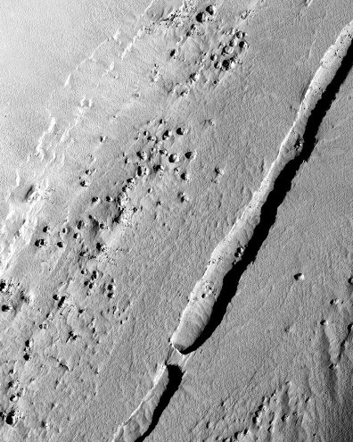 Vue rapprochée verticale d'un petit sillon martien