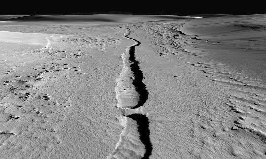 Vue rapprochée oblique d'un petit sillon martien