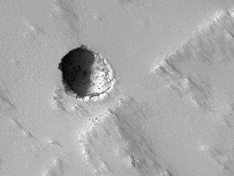 Gros plan sur une lucarne martienne (diamètre = 180m) sur les flancs de Pavonis Mons