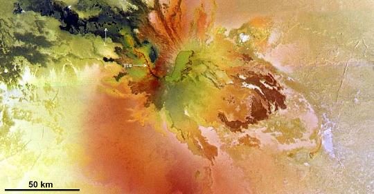 Culann Patera, un volcan bouclier de Io, avec caldeira sommitale, coulées fluide…