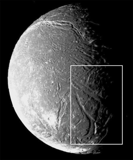 Vue générale d'Ariel, satellite de glace d'Uranus, d'un diamètre de 1155km