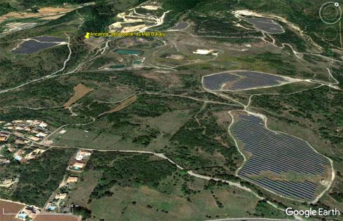 Vue aérienne d'avril 2020 du secteur des mines et carrières d'uranium du Mas d'Alary et du Mas Laveyre, déjà recouvert de cinq champs de panneaux solaires