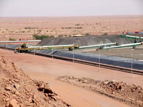 Lixiviation en tas (les hommes situées en haut du tas au fond donnent l'échelle) sur le site de Somaïr (Niger)