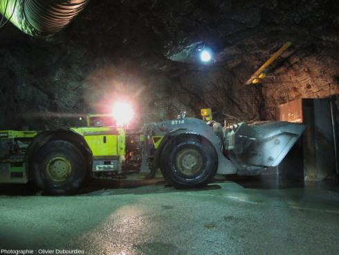 Un engin automatique (scoop) dans un atelier souterrain de la mine d'uranium de McArthur, Canada