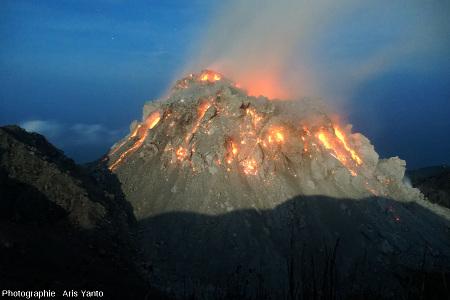 Le dôme du Paluweh (Indonésie) en cours de croissance, au clair de Lune, au petit matin du 2 décembre 2012