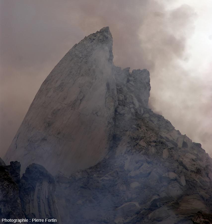 Aiguille de lave au sommet du Paluweh, photographiée le 15 décembre 2012