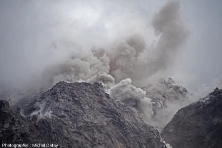 Nuée ardente s'écoulant sur le flanc du Paluweh, photo 1/3 d'une série de 3 photos prises le 21 février 2013 à 10h02 à quelques secondes d'intervalle
