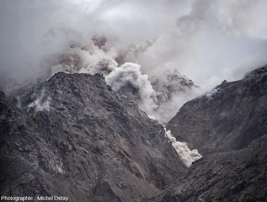Nuée ardente s'écoulant sur le flanc du Paluweh, photo 2/3 d'une série de 3 photos prises le 21 février 2013 à 10h02 à quelques secondes d'intervalle