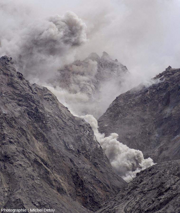 Nuée ardente s'écoulant sur le flanc du Paluweh, photo 3/3 d'une série de 3 photos prises le 21 février 2013 à 10h02 à quelques secondes d'intervalle