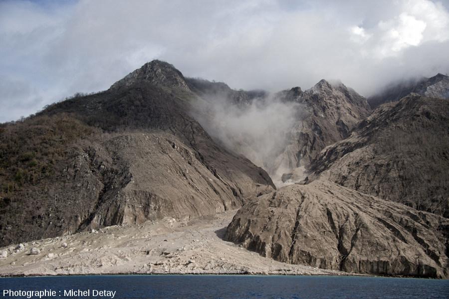 Vue sur le delta créé depuis novembre 2012 par la succession de CDP qui dévalent du dôme (caché dans les nuages) par cette petite vallée