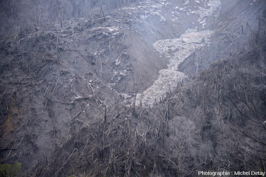 Une petite vallée affluente dont le fond est recouvert des dépôts laissés par le passage de CDP