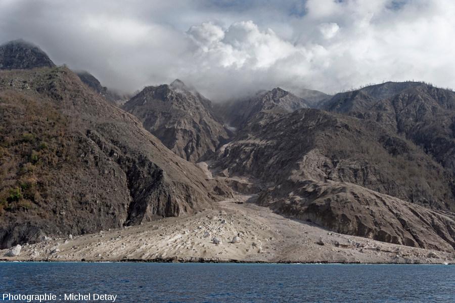 Vue générale (21 février 2013) du néo-delta engendré par les multiples CDP venant du dôme (situé 2300m en amont, à environ 800m d'altitude) en empruntant une vallée étroite et raide