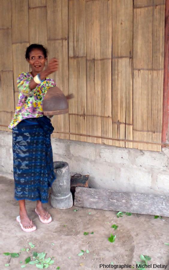 """Une femme sonne la cloche juste après une explosion du Paluweh pour signaler aux autres villages que """"tout va bien"""""""
