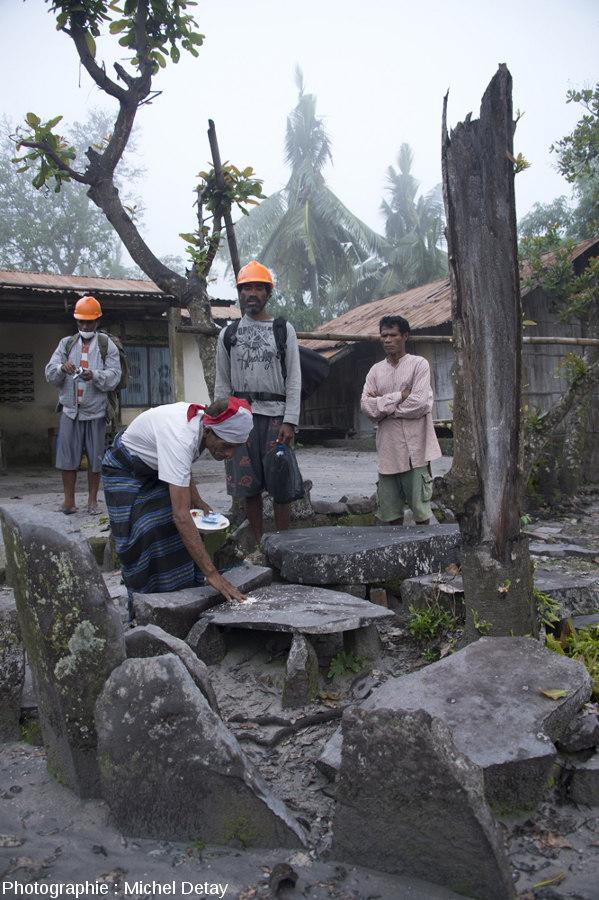 Offrandes faite au volcan Paluweh ce 22 février 2013 au matin, juste avant de partir pour s'approcher du dôme