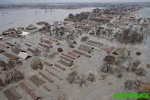 Usines et villages submergés par les flots boueux