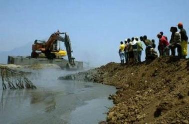 Construction de digues pour retenir la boue