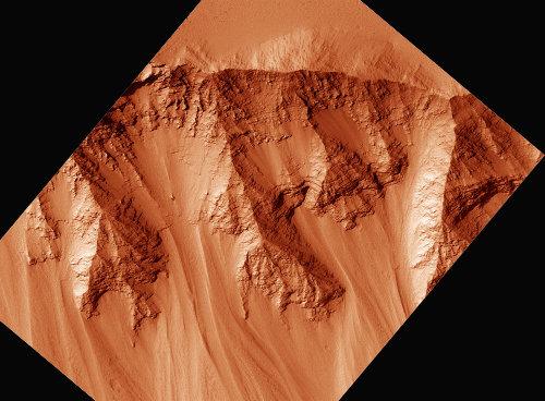 Empilement de coulées de lave martiennes (de type trapp) formant le plateau de Tharsis et entaillé par Valles Marineris