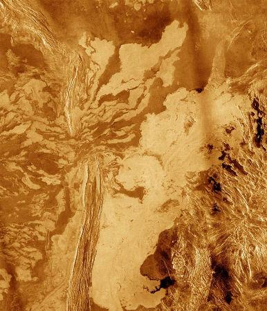 Coulées de lave sur Vénus franchissant une chaine plissée, au niveau d'un col