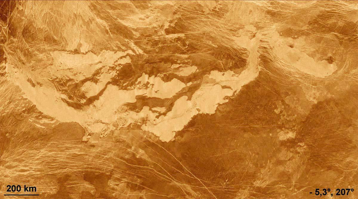 Gigantesques coulées de lave dans Alta Regio, Vénus