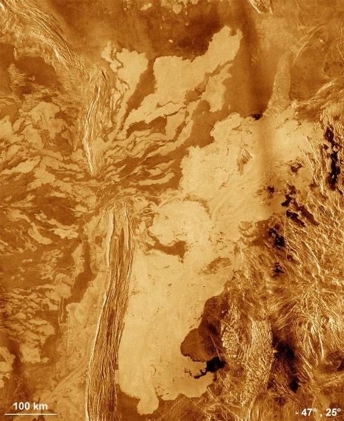 Coulées de laves très fluides franchissant une chaîne de montagne par un «col», Vénus