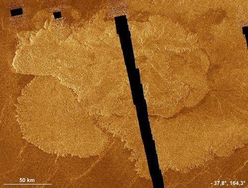 Coulées de laves peu fluides, s'étalant peu, Vénus