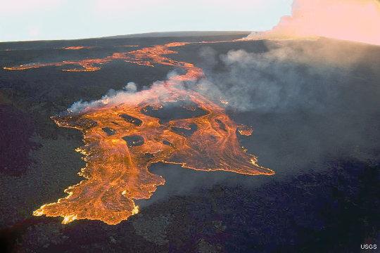 Une coulée de lave sur le Mauna Loa (Hawaii) en mars 1984