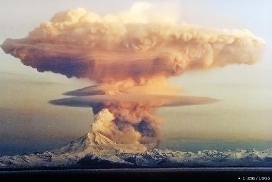 Un panache plinien au-dessus du Mont Redoubt (Alaska) en avril 1990