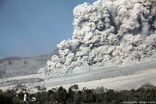 Une coulée pyroclastique dévalant les pentes du Sinabung (Indonésie) en janvier 2014