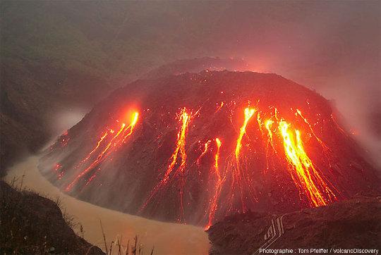 Le Kelud, un dôme de lave (Java, Indonésie) en cours de croissance en 2007