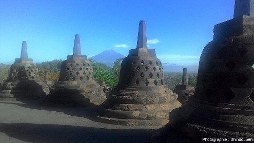 Le temple de Borobudur (Indonésie) fut enseveli en 1006 par des cendres du Merapi que l'on voit à l'arrière-plan