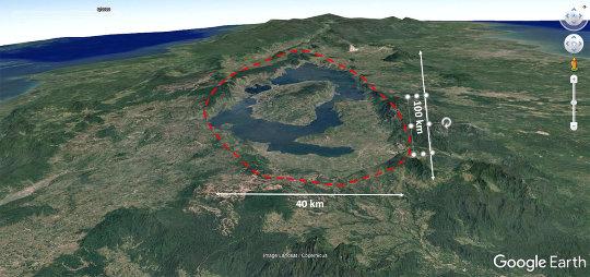 Vue aérienne de la caldeira du Toba (Sumatra, Indonésie), conséquence de l'éruption de −73000 ans