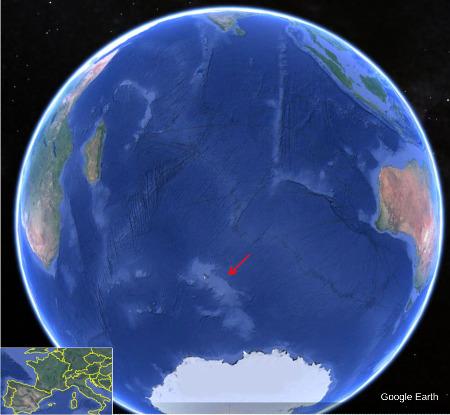 """Vue aérienne de l'Océan Pacifique et de la partie adjacente de l'océan glacial antarctique montrant le plateau des Kerguelen (flèche rouge), la deuxième plus importante des provinces magmatiques géantes """"récentes"""""""