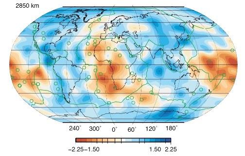 Carte des hétérogénéités de la vitesse des ondes de cisaillement à la base du manteau (à 2850km de profondeur)
